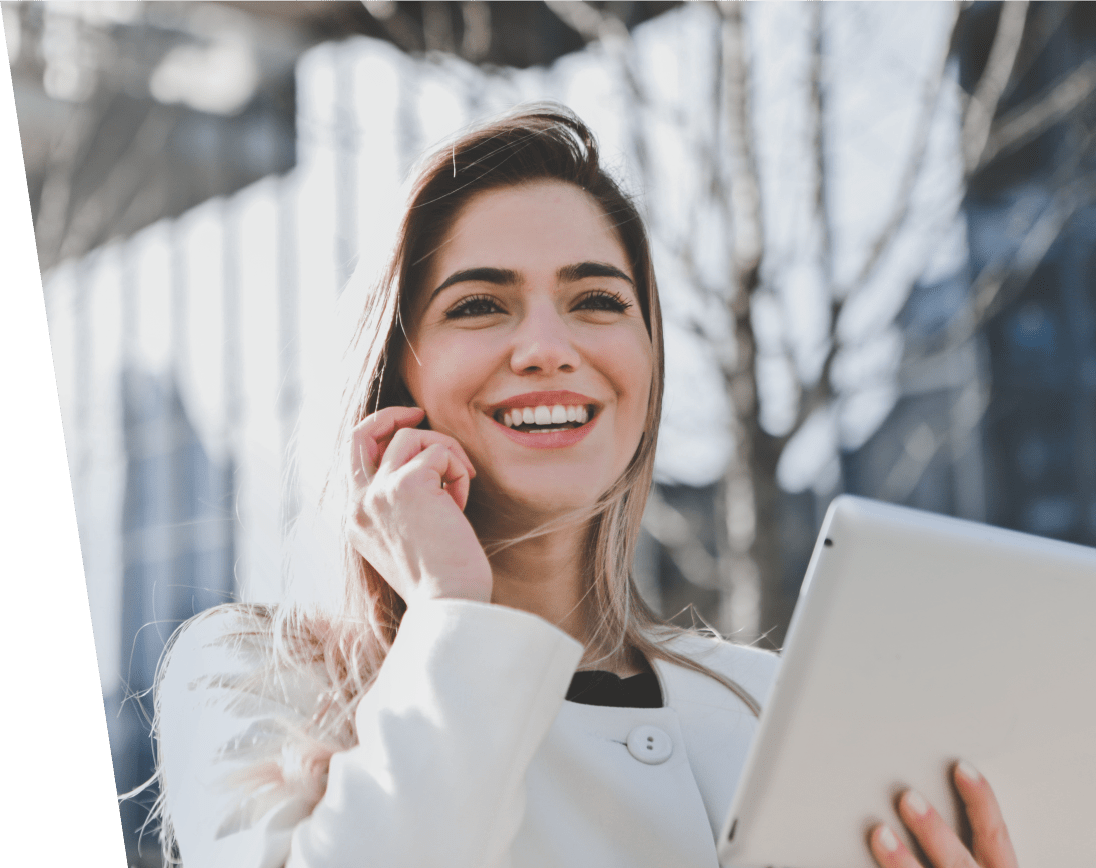 kobieta w pracy z telefonem i tabletem lub komputerem
