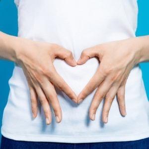 Kobieta układa dłonie w znak serca