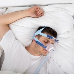Mężczyzna śpi z maską na nosie