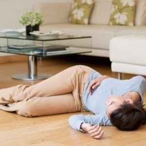 Kobieta leży nieprzytomna na podłodze