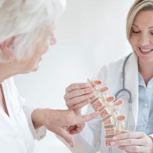 Lekarka pokazuje pacjentce model kręgosłupa
