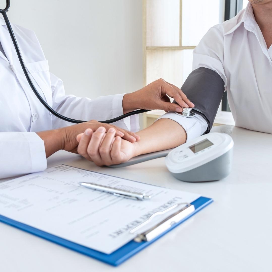 Lekarz mierzy ciśnienie pacjentowi